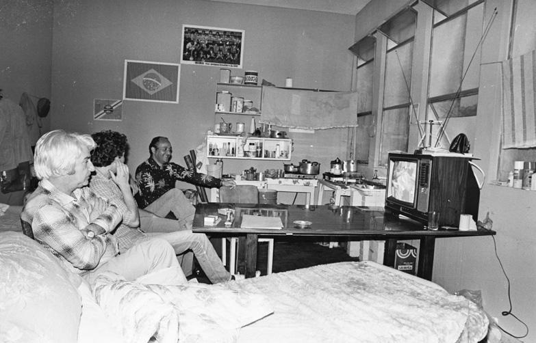 Presidários assistem jogo do Seleção Brasileira pela TV, 1982:imagem 7