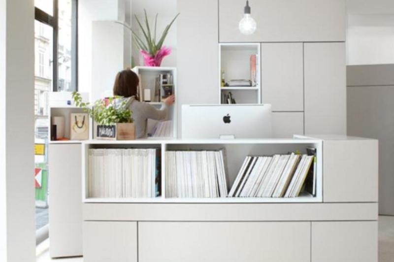 A estratégia dos arquitetos foi incluir o máximo de prateleiras e nichos para armazenagem e exibição de materiais gráficos:imagem 11