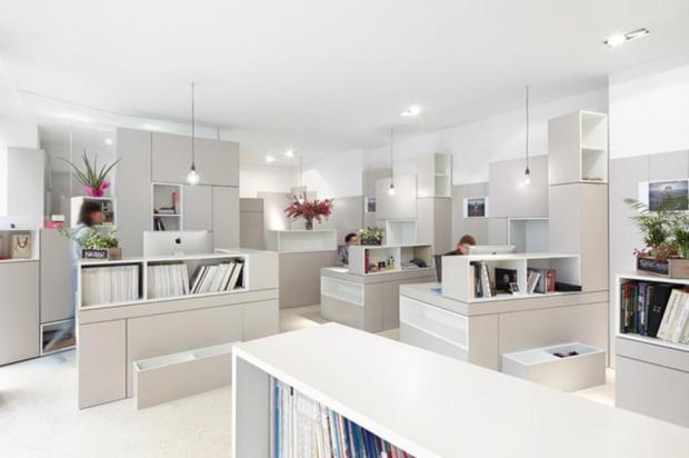 Geometria de caixas empilhadas e branco total marcam projeto de agência em Paris h2o architectes/Divulgação