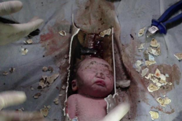 Bebê recém-nascido é resgatado dentro de tubulação de esgoto na China Reprodução/AFPTV