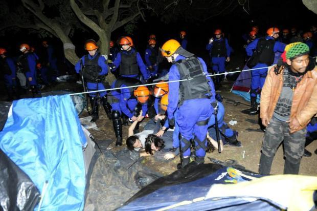 Manifestantes tiveram noite de tensão antes da desocupação do acampamento para corte de árvores  Ronaldo Bernardi/Agencia RBS