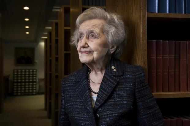 Aos 94 anos, americana ainda investiga as profundezas da memória Yannick Grandmont/New York Times