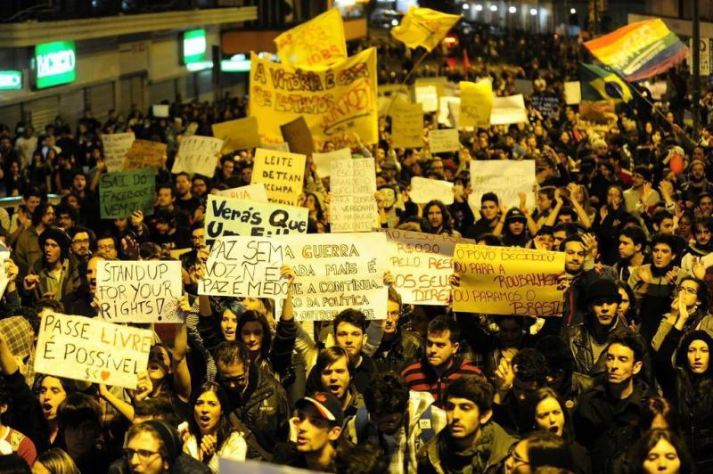 Frases e pedidos se misturam no protesto, em Porto Alegre:imagem 21