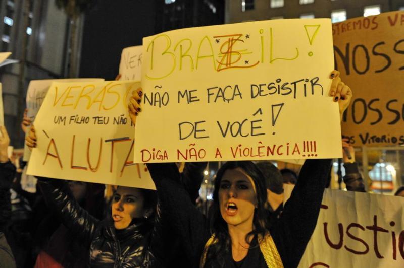 Entre trechos do Hino Nacional e trechos de músicas, manifestantes também mostram que guardam esperanças:imagem 24