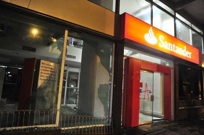 Além dos vidros quebrados, Banco Santander foi alvo de pichações:imagem 6
