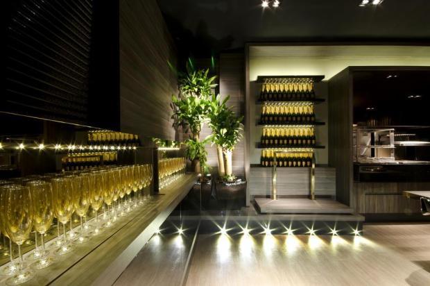 Decoração dramática e história profissional do arquiteto marcam o ambiente The Black Box Henrique Amaral/Divulgação