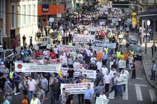 Servidores da Brigada protestam por melhores salários no centro da Capital Ricardo Duarte/Agencia RBS
