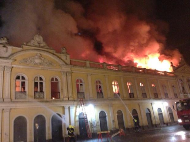 Incêndio de grandes proporções atinge o Mercado Público de Porto Alegre Diori Vasconcelos/