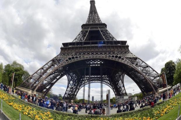 Explore a torre Eiffel pela internet BERTRAND GUAY/AFP