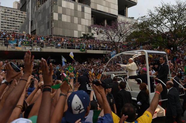 Multidão acompanha trajeto feito pelo papamóvel GABRIEL BOUYS/AFP