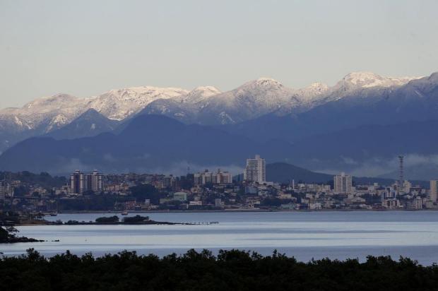 Neve na Serra do Tabuleiro chama atenção de moradores da Ilha de SC Alvarélio Kurossu/Agencia RBS