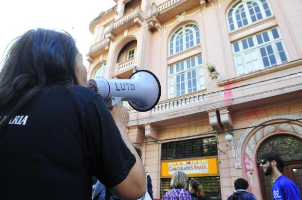 """Manifestantes realizam """"ato de escracho"""" e jogam tinta vermelha no prédio da SUCV, em Santa Maria Ronald Mendes/Agencia RBS"""