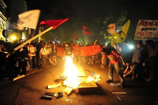 Manifestantes queimam boneco com a cara de Fortunati durante noite de protestos em Porto Alegre Ricardo Duarte/Agencia RBS