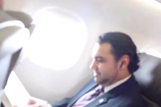 Passageiros cantam Robocop Gay para Marco Feliciano em avião Reprodução/Reprodução