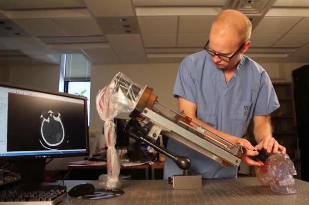Médicos inventam robô capaz de drenar hemorragias no cérebro Universidade de Vanderbilt/Youtube/Reprodução/