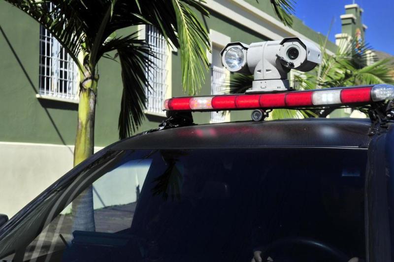 A câmera acoplada ao giroflex consegue fazer a leitura de placas de veículos e o reconhecimento facial e, com softwares instalados no computador de bordo, é possível fazer a interligação com bancos de dados da polícia:imagem 5