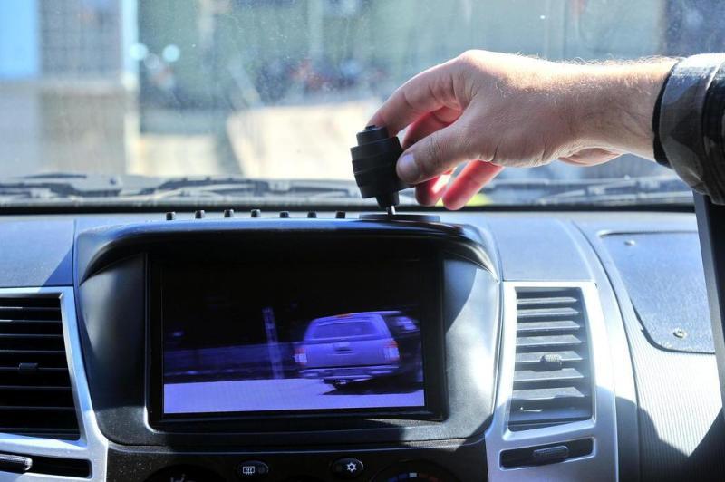 A visão em alta resolução da câmera principal aparece em um monitor na parte central do painel. Um joystick controla a direção da câmera e o zoom, mas ela também pode ser direcionada de fora do veículo, por uma central:imagem 6