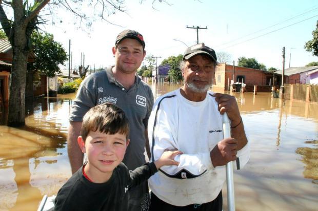 Heróis anônimos em meio a enchente Charles Dias/Especial