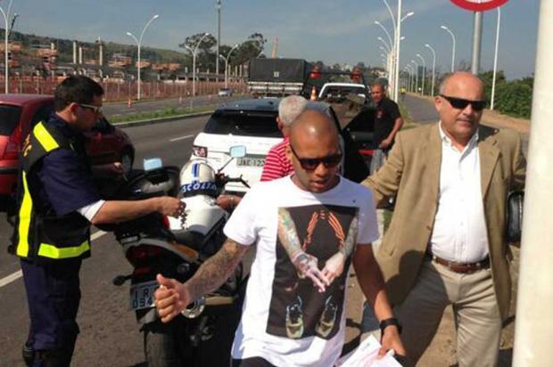 Gabriel é autuado com carteira de motorista suspensa em frente ao CT do Inter Mauro Saraiva Júnior/Agência RBS/