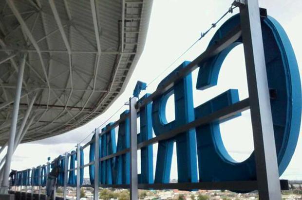 FOTO: letreiro do Olímpico alusivo ao título mundial é instalado na Arena Twitter/Reprodução/