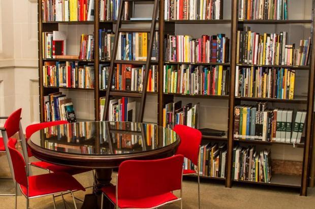 Santander Cultural inaugura biblioteca nesta quarta-feira Fábio Alt/Divulgação