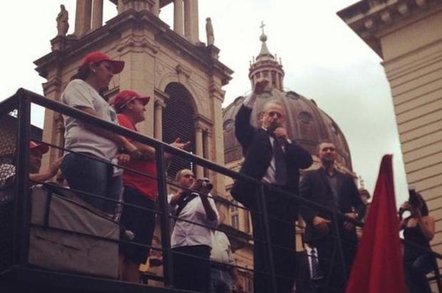Tarso apoia MST em protesto por alimentação popular  Maria Eduarda Fortuna/Rádio Gaúcha