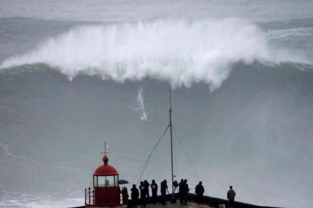 Brasileiro surfa onda gigante em Portugal Francisco Leong/AFP