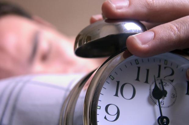 Dormir e acordar no mesmo horário ajuda a manter um peso saudável Divulgação/
