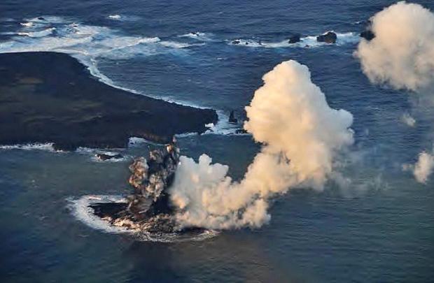 Atividade vulcânica cria pequena ilha no Japão JAPAN COAST GUARD/AFP