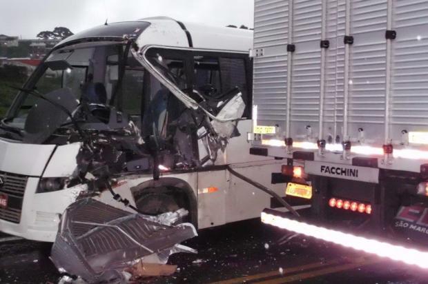 Acidente na RSC-453, em Caxias do Sul, envolve caminhão, micro-ônibus e automóvel
