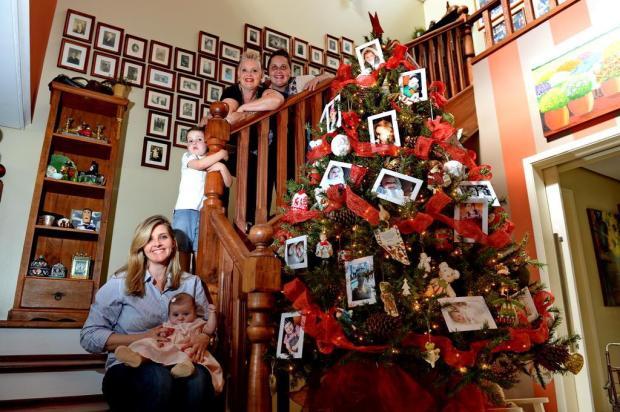 Solução afetuosa atualiza o décor da árvore de Natal da casa da avó com as fotos dos netos Adriana Franciosi/Agencia RBS