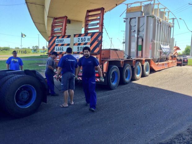 Caminhão carregado com peça gigante entala em viaduto da BR-116, em Esteio Igor Carrasco/Agencia RBS