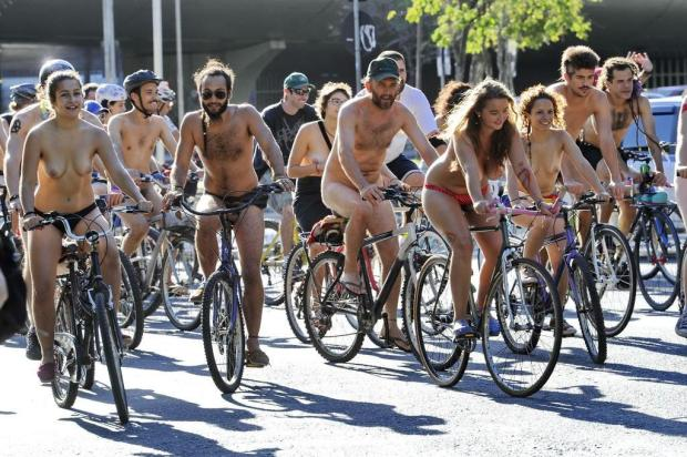 Ciclistas pedalam nus em protesto contra a fragilidade das bicicletas no trânsito Adriana Franciosi/Agencia RBS