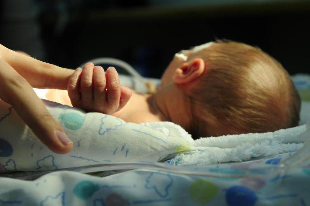 Contato físico entre mãe e bebê prematuro tem efeitos positivos até dez anos depois Porthus Junior/Agencia RBS