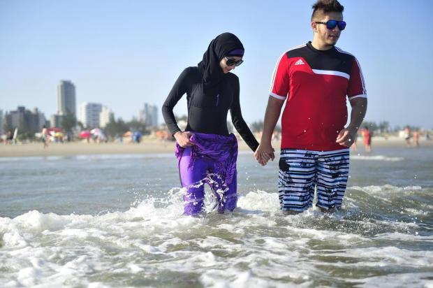 Jovem palestina experimenta seu primeiro banho de mar em Torres Bruno Alencastro/Agencia RBS