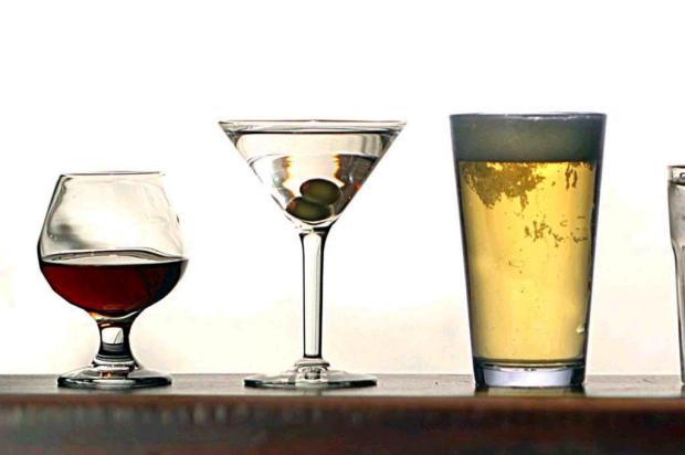 Consumir álcool mais que duas vezes por semana aumenta o risco de mortalidade por AVC em homens Ver Descrição/Ver Descrição