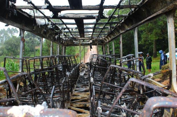 Trio coloca fogo em ônibus na manhã desta sexta-feira, em Pelotas Marcel Ávila/Especial