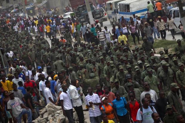 Dissolvido na década de 90, exército haitiano marcha pela capital Porto Príncipe Ramon Espinosa/AP Photo