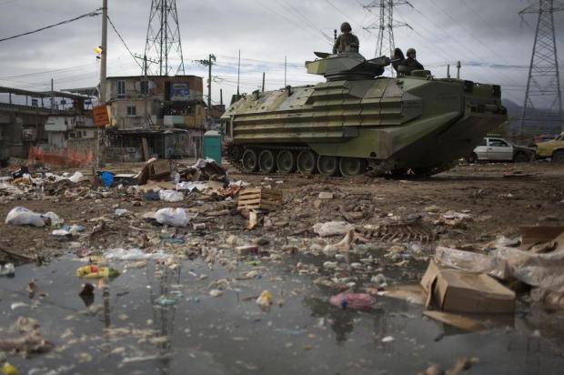 Forças de segurança ocupam favelas do Complexo de Manguinhos, no Rio Felipe Dana/AP