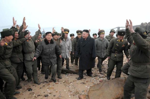 """Líder da Coreia do Norte diz que exército do país está """"pronto para uma guerra total"""" KCNA via KNS/AFP"""